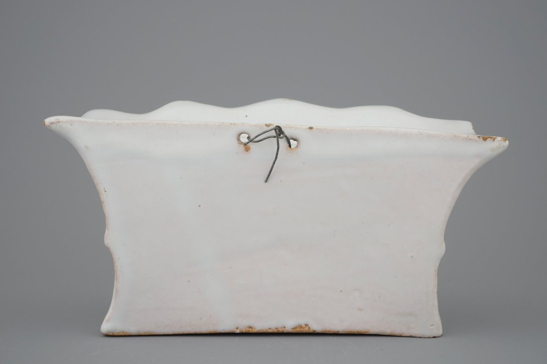 A white Delft pottery wall flower holder, 18th C. - 4