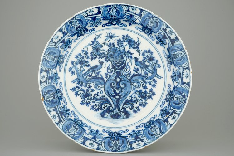 A Ducht Delft blue and white dish with birds around a
