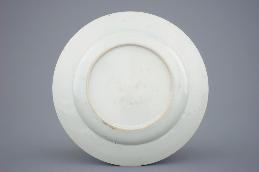 A Chinese famille rose carps plate, Yongzheng/Qianlong - 2