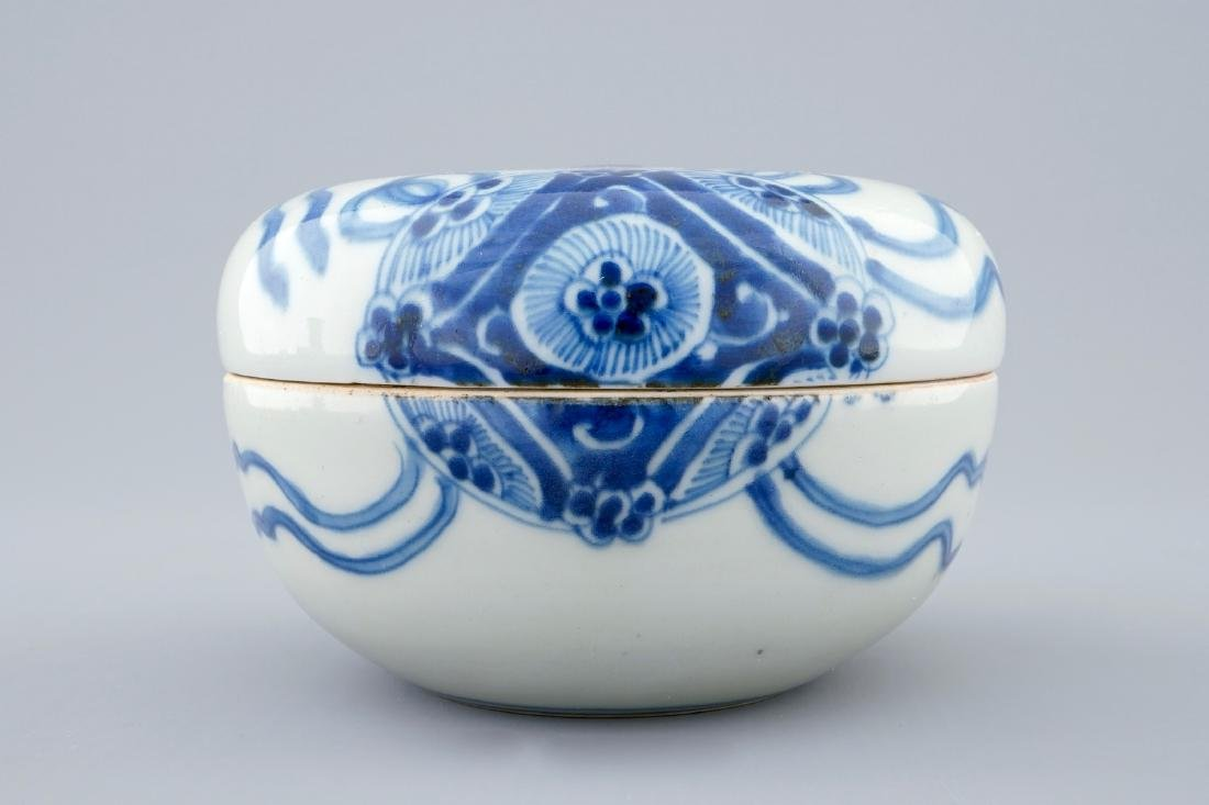 A blue and white Chinese box and cover, Transitional - 2