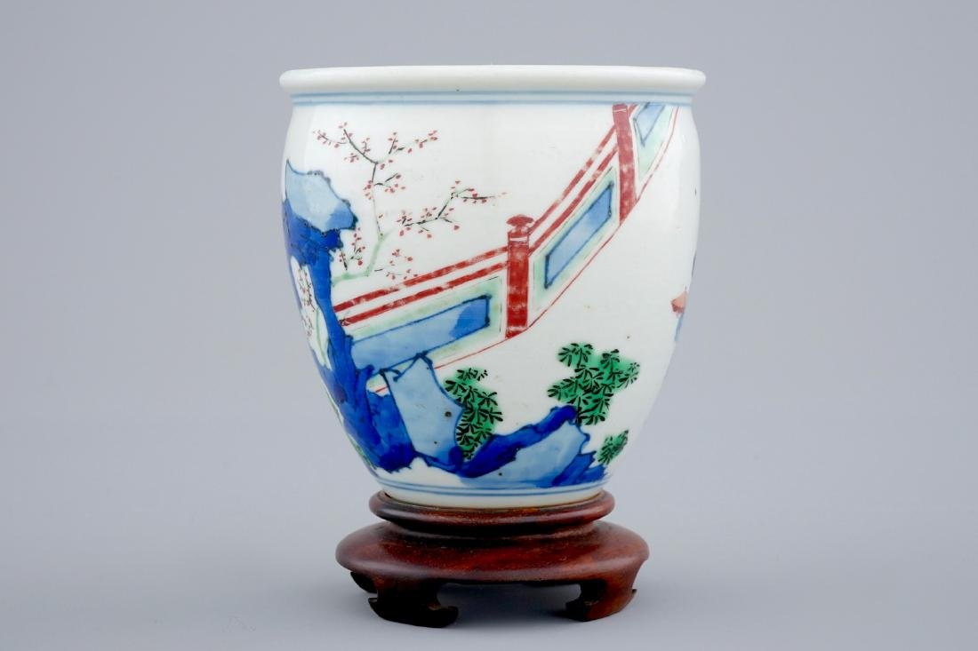 A Chinese wucai brush pot on wooden stand, Transitional - 4