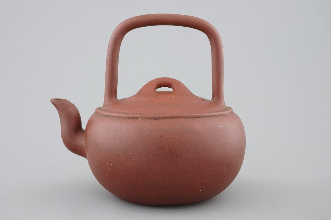 A Chinese Yixing stoneware teapot and cover, 19/20th C. - 2