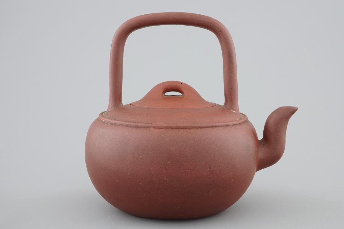 A Chinese Yixing stoneware teapot and cover, 19/20th C. - 4