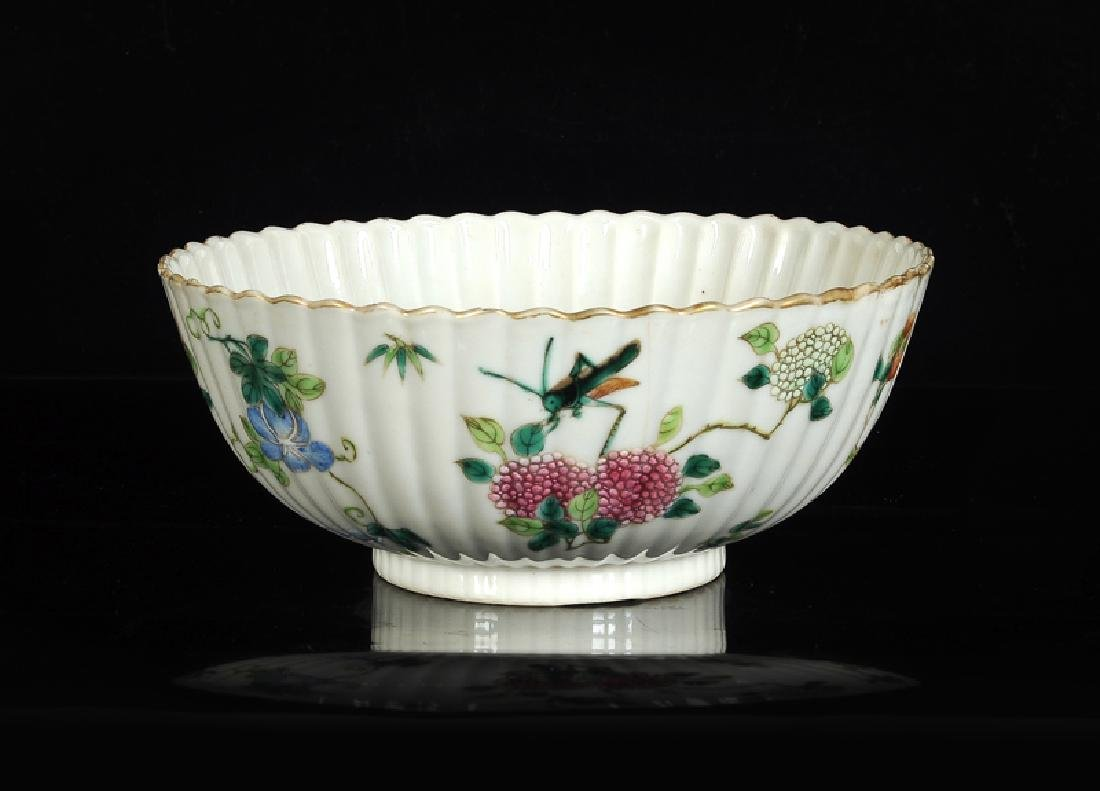 A polychrome porcelain ribbed bowl with scalloped rim
