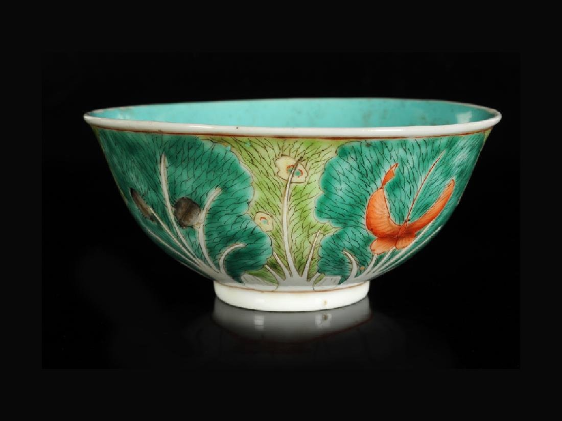 A polychrome porcelain bowl with a decor of paksoi and