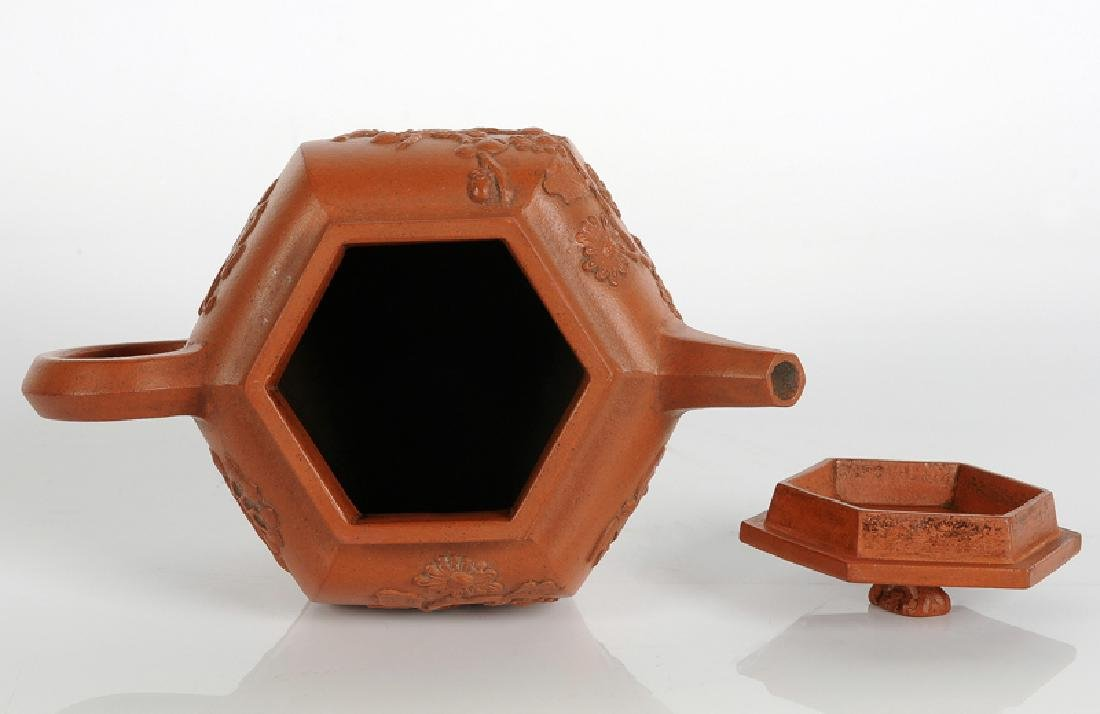 A hexagonal Yixing terracotta teapot with a decor in - 4