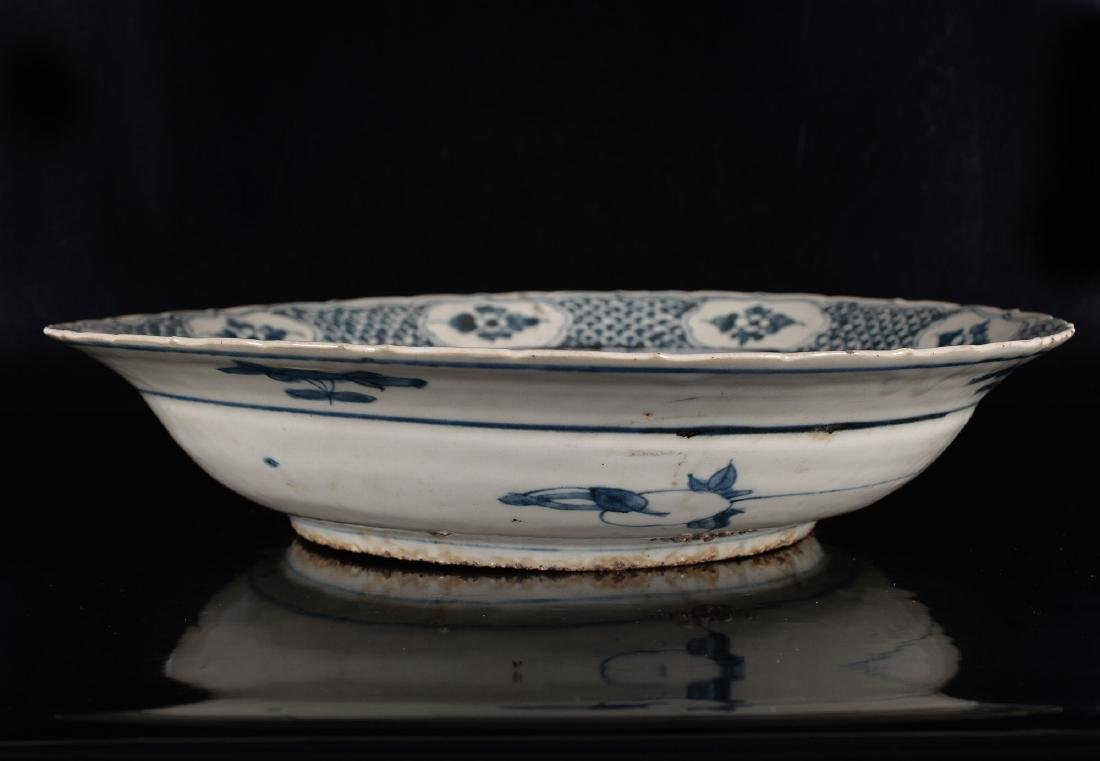 A large blue and white porcelain Swatow bowl decorated - 2