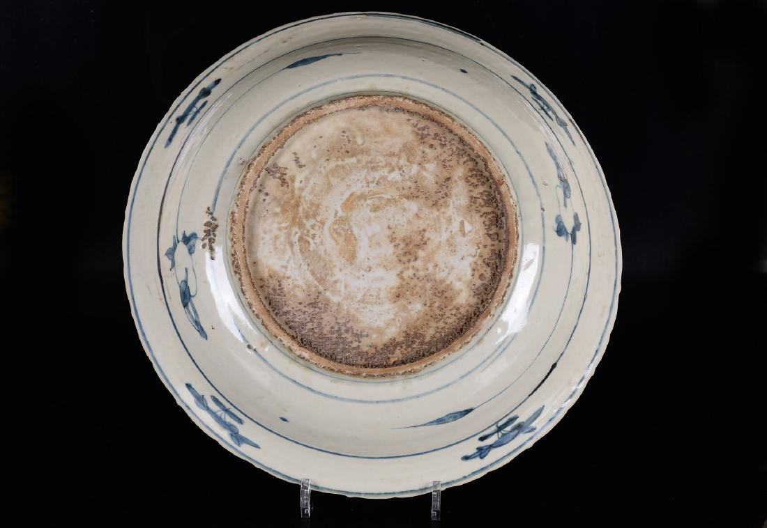 A large blue and white porcelain Swatow bowl decorated - 3