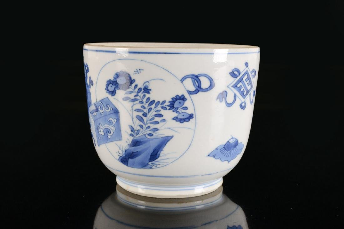 A blue and white porcelain beaker with a decor of - 4