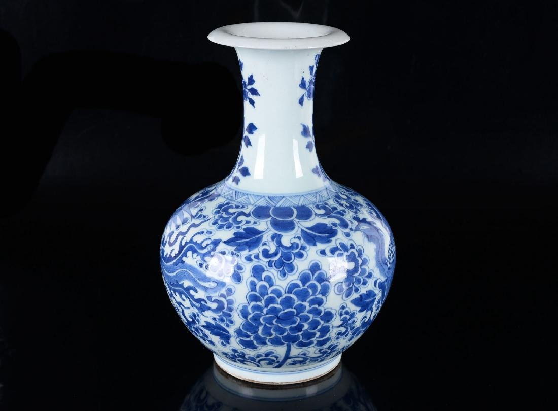 A blue and white porcelain gendi decorated with flowers - 3