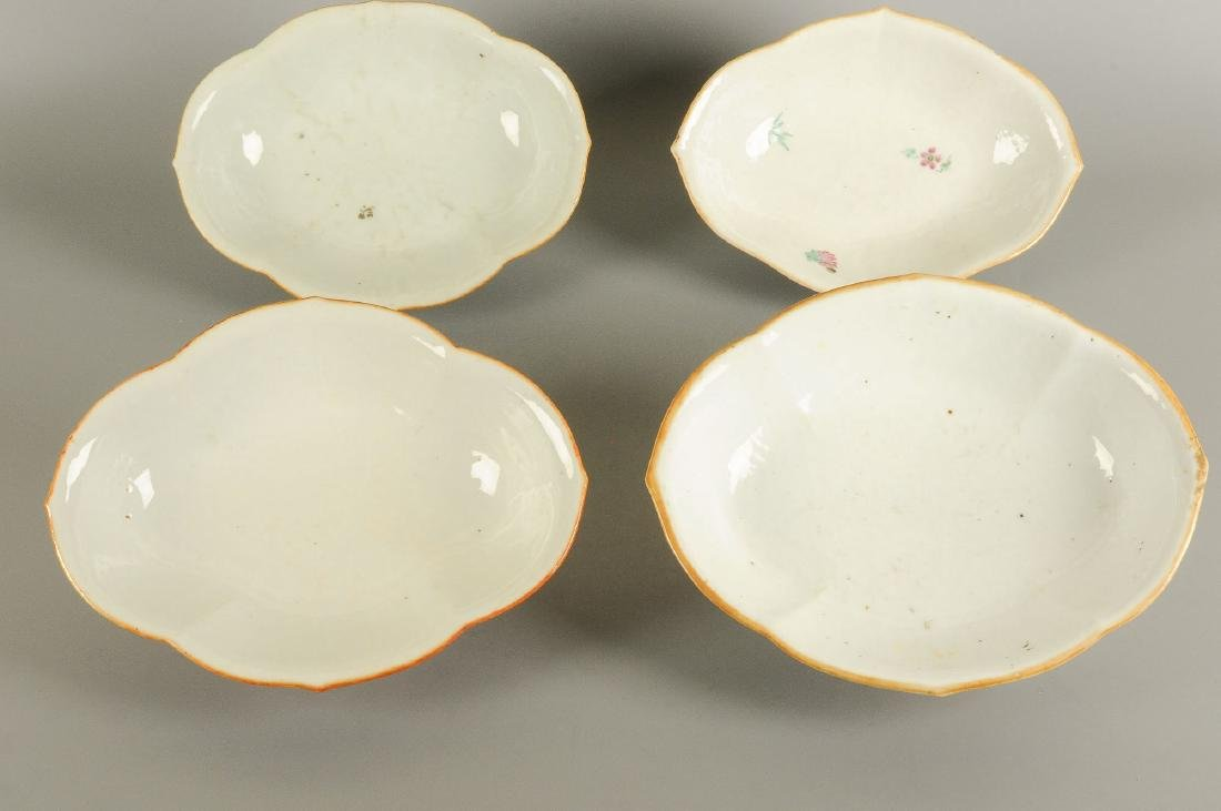 A lot of four polychrome porcelain dishes standing on - 3