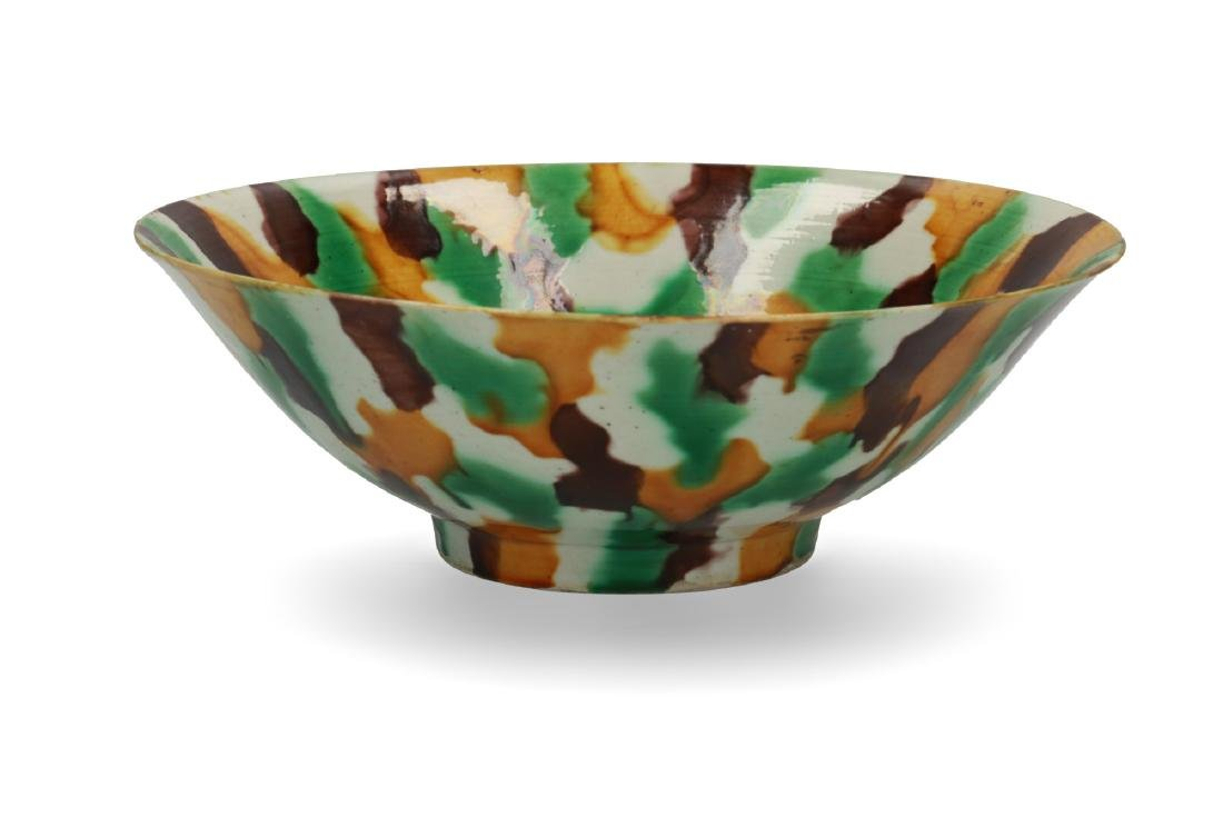 A porcelain 'spinach and egg' bowl. Marked Kangxi. - 2