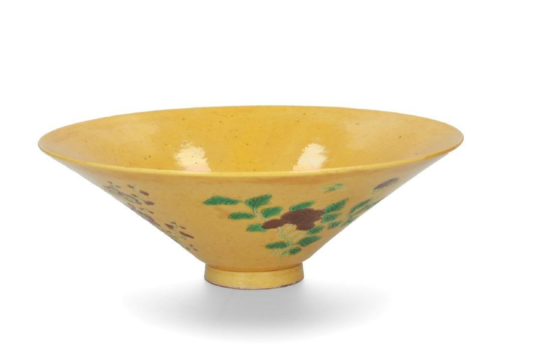 A porcelain yellow-ground Sancai decorated conical bowl - 2