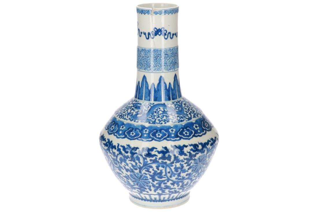 A blue and white porcelain longneck vase, decorated - 2