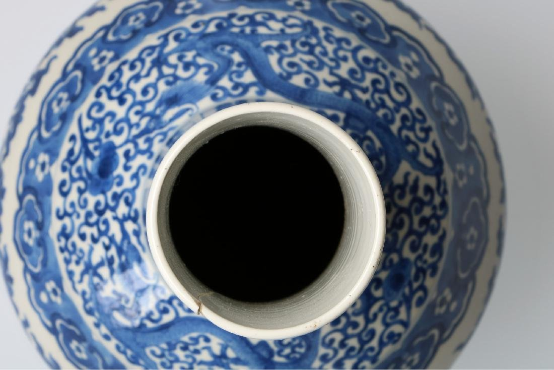 A blue and white porcelain longneck vase, decorated - 4