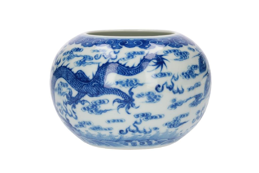 A blue and white porcelain jar, decorated with dragons,
