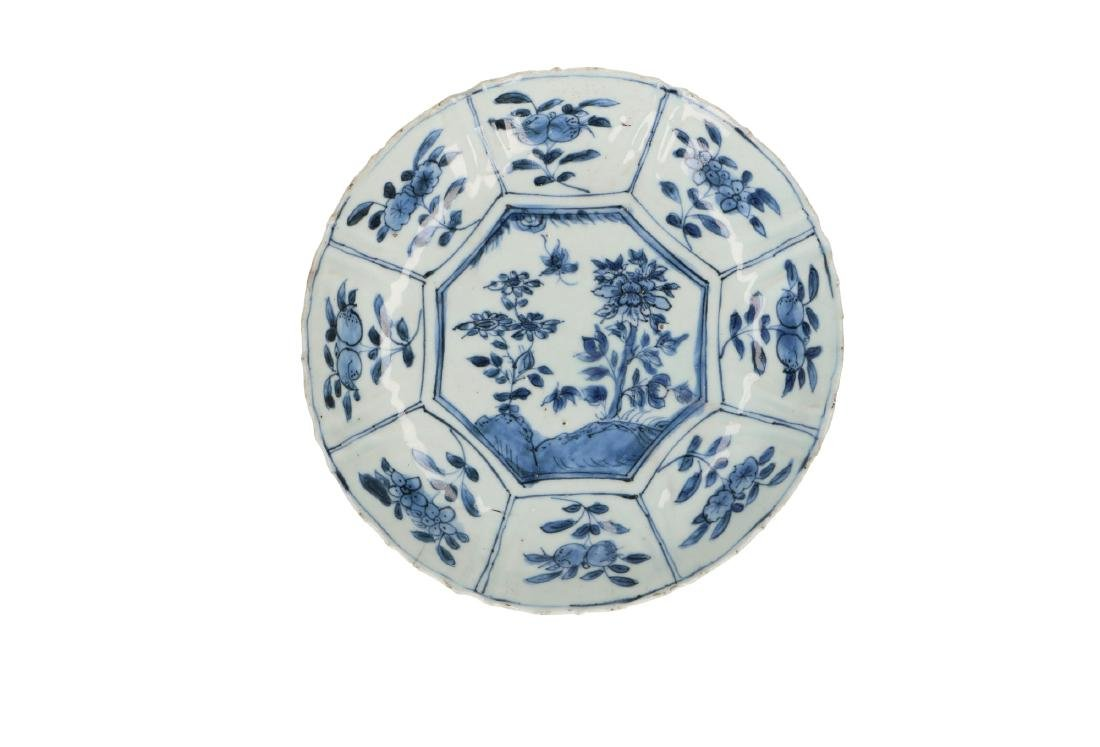 A lot of two blue and white 'kraak' porcelain dishes