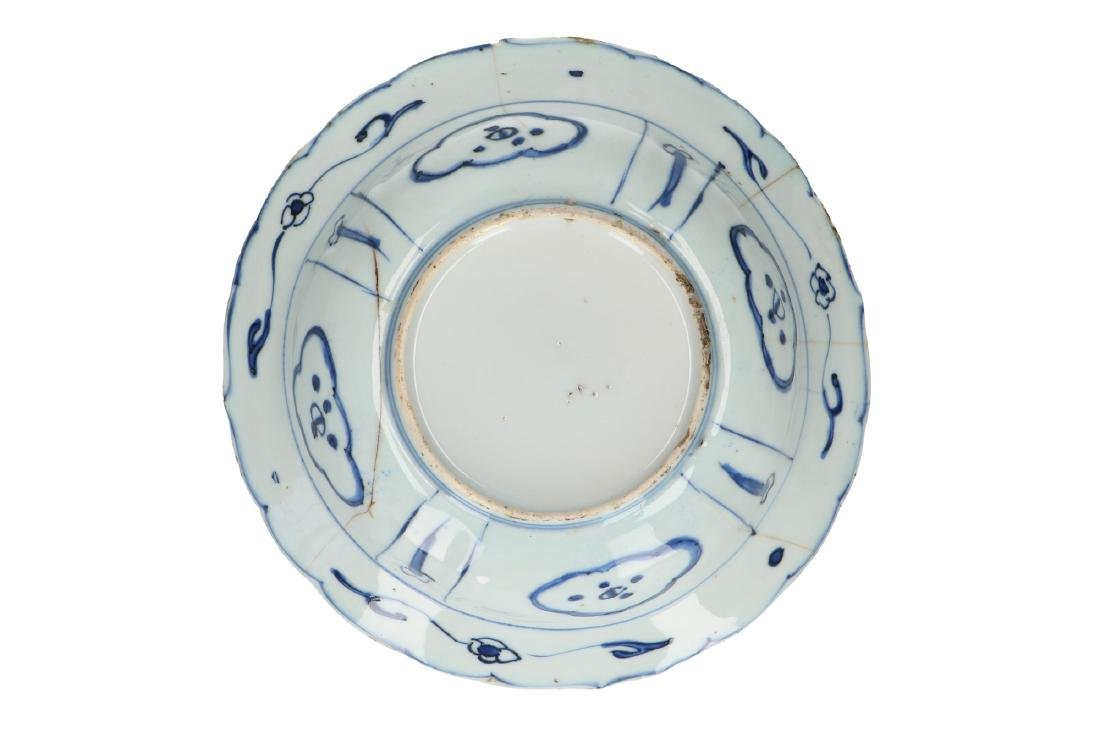 A lot of three blue and white 'kraak' porcelain bowls. - 5