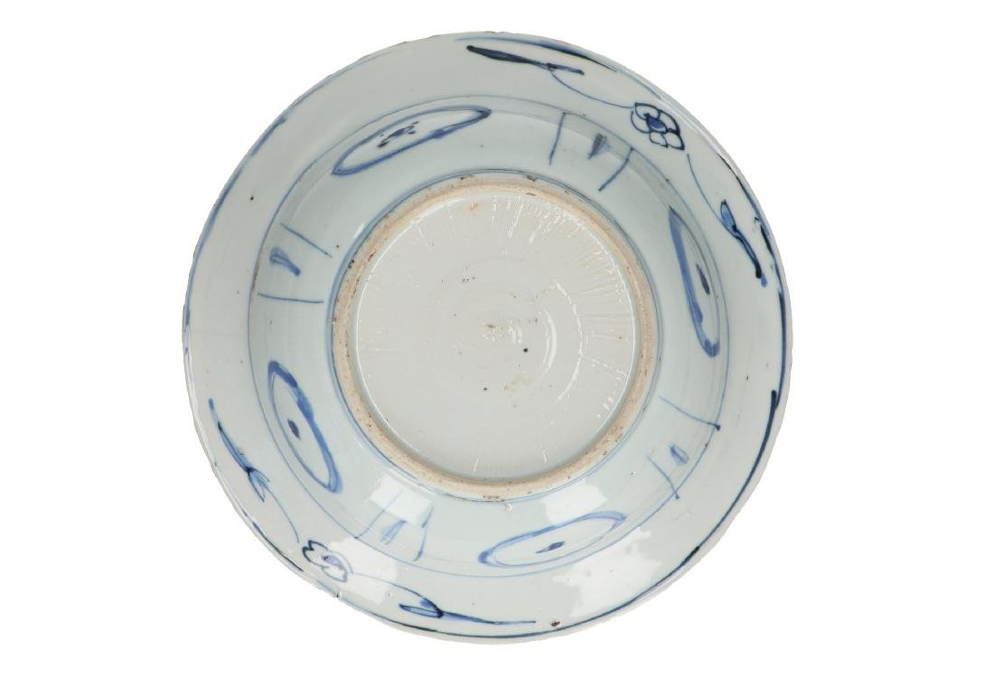 A lot of three blue and white 'kraak' porcelain bowls. - 7