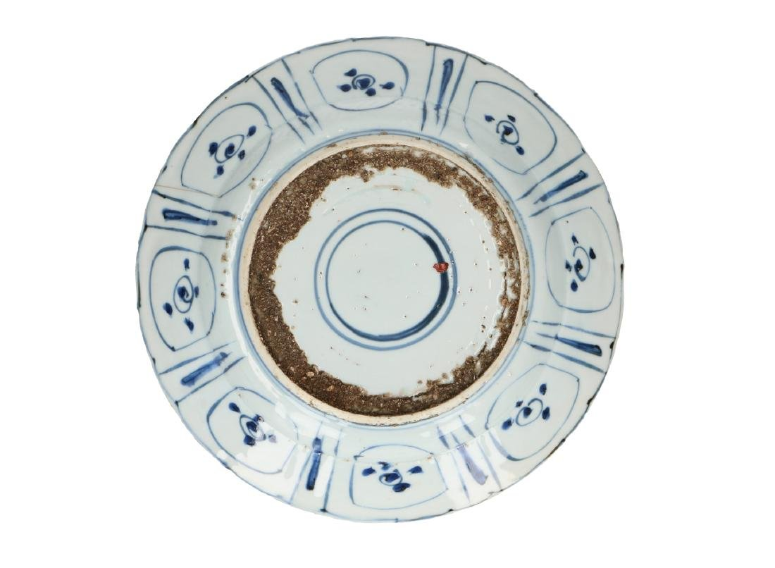 A lot of two blue and white 'kraak' porcelain dishes, - 2