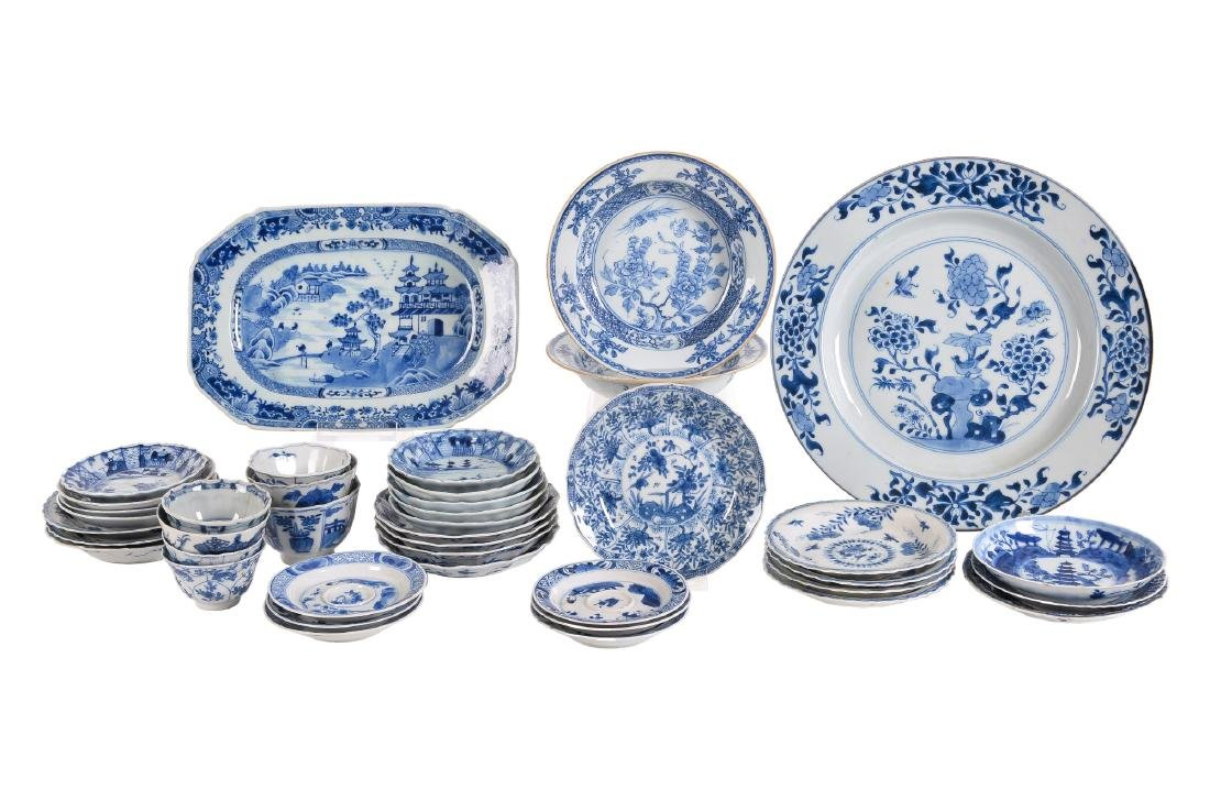 A lot with ca. 42 diverse blue and white porcelain