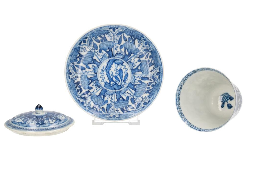 A lot of diverse blue and white porcelain items,