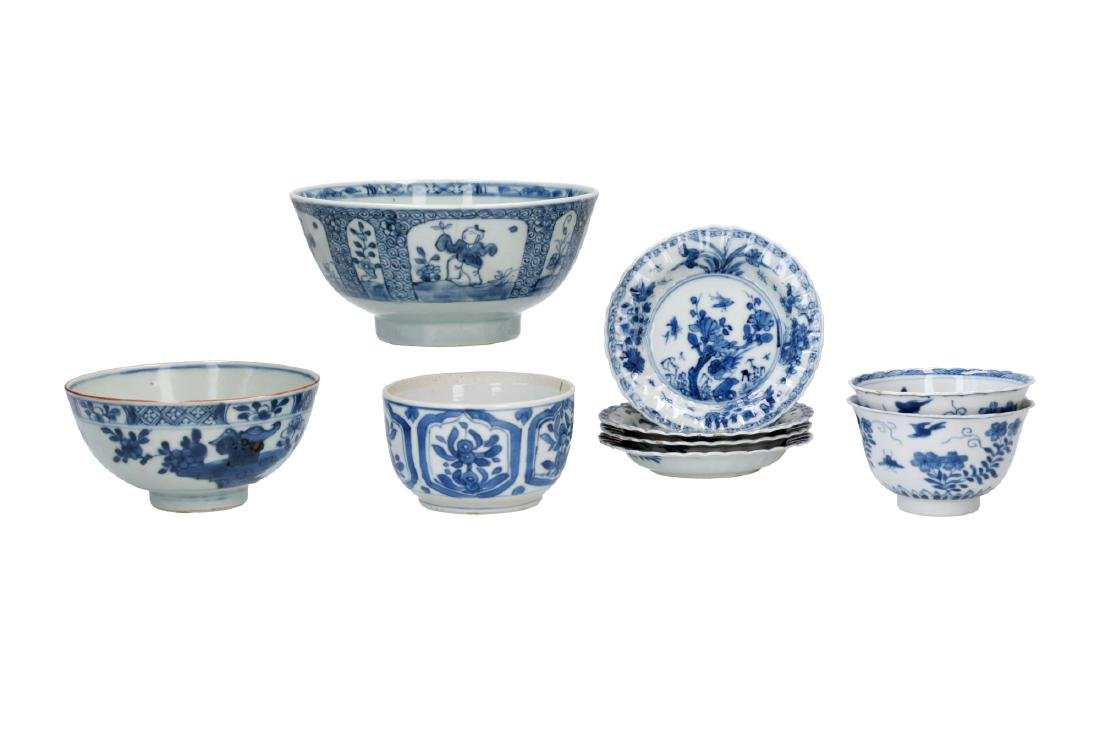 A lot of diverse blue and white porcelain items: 1)