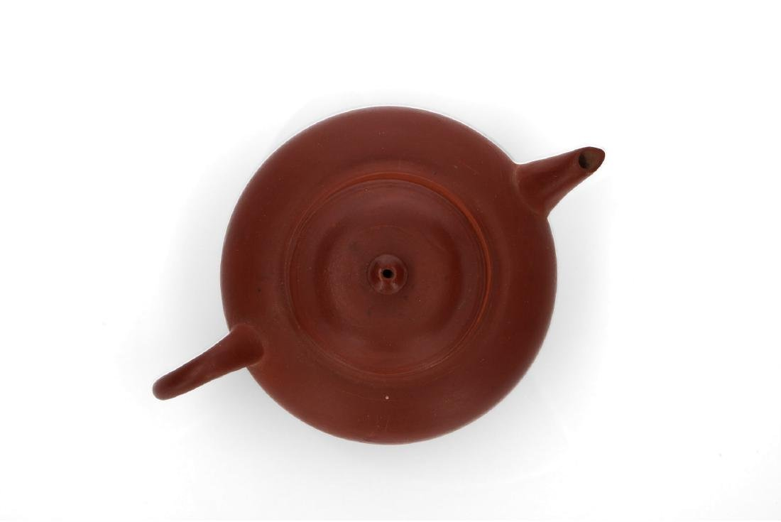 A Yixing teapot. Marked. China, ca. 1900. H. 5,5 cm. - 6