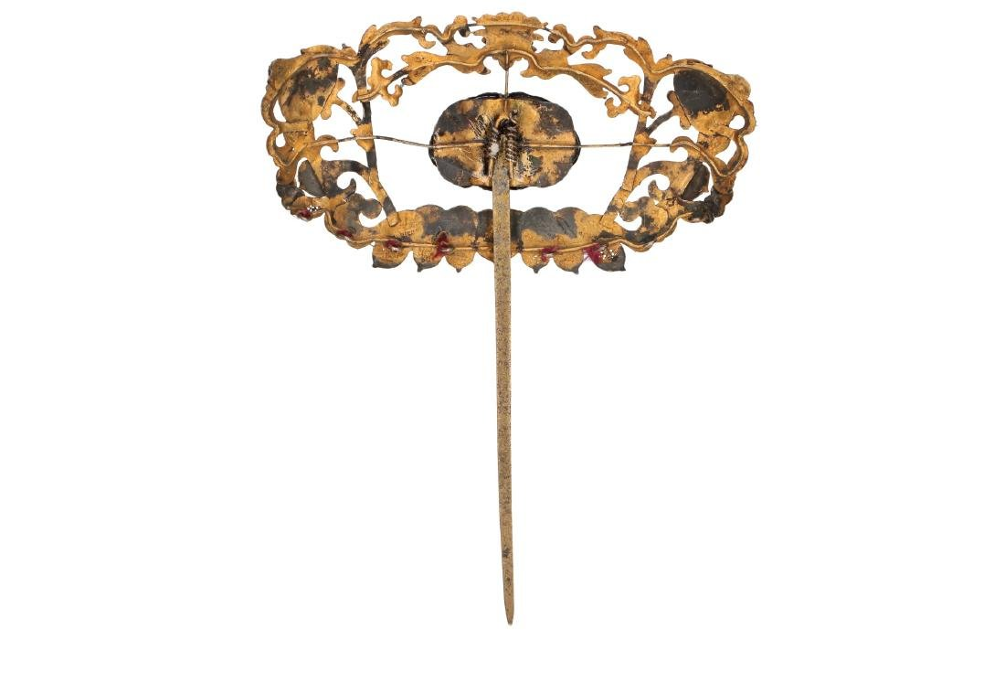 A hair ornament decorated with kingfisher feathers and