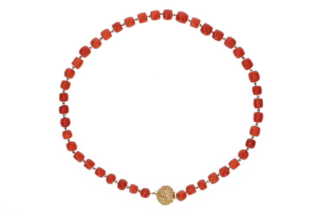 A red coral necklace with 14-kt gold clasp. Diam. ca.