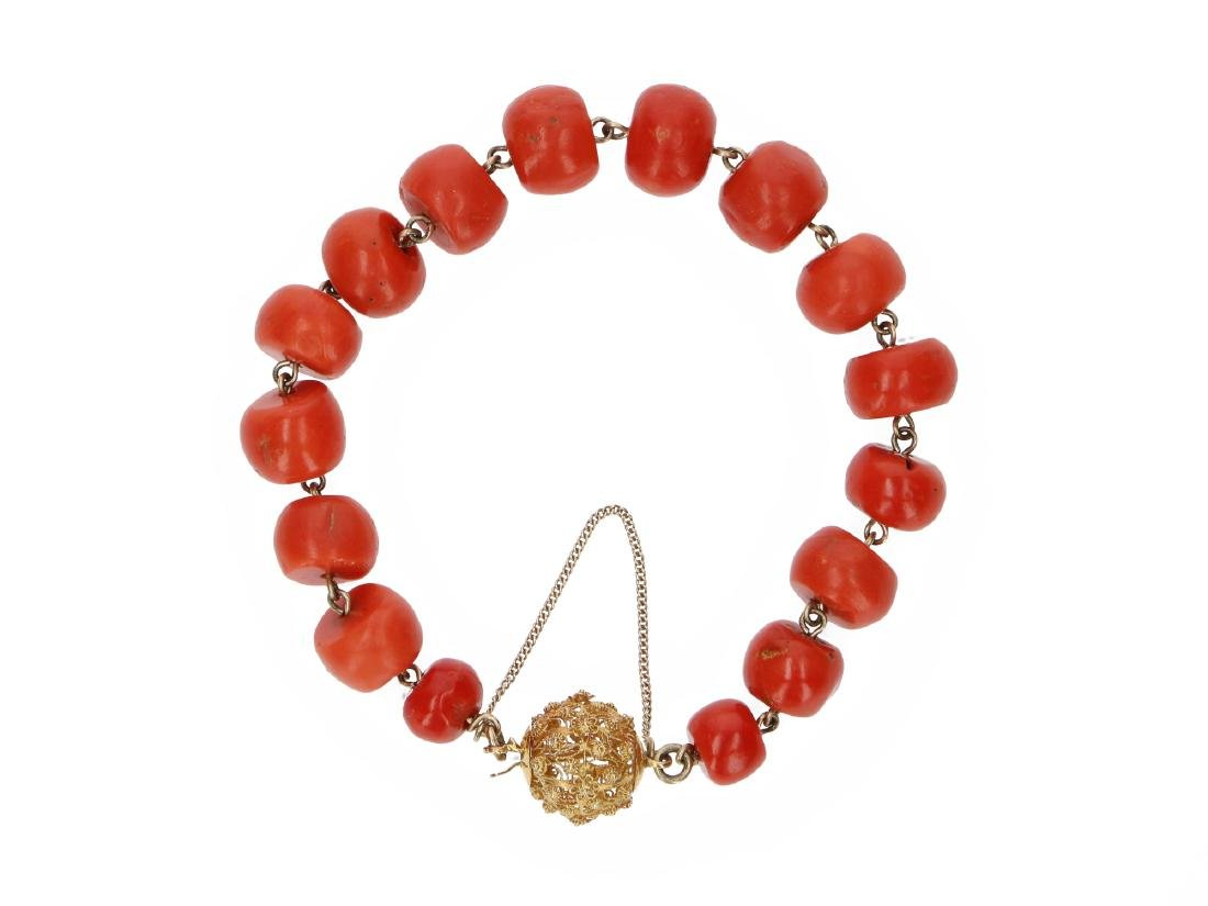 A red coral bracelet with 14-kt gold clasp. Diam. ca.