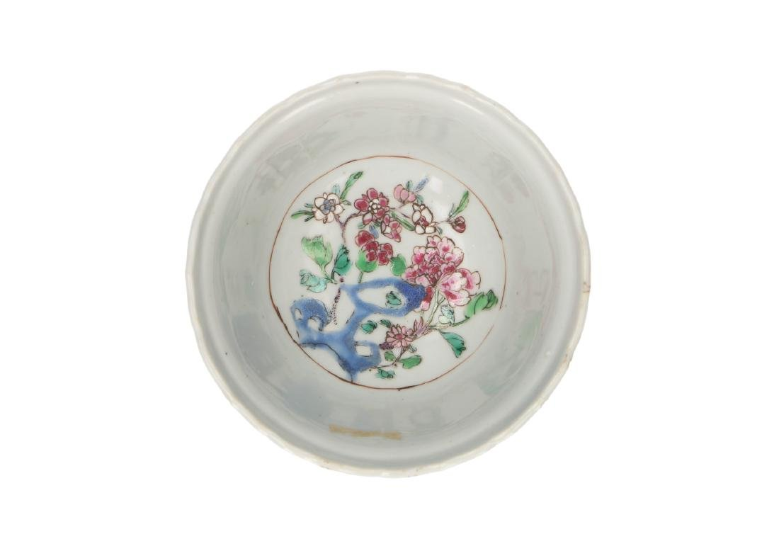 A Famille Rose porcelain bowl decorated with panels and - 3