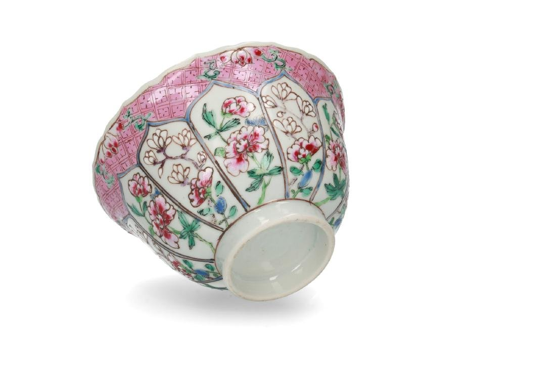 A Famille Rose porcelain bowl decorated with panels and - 5