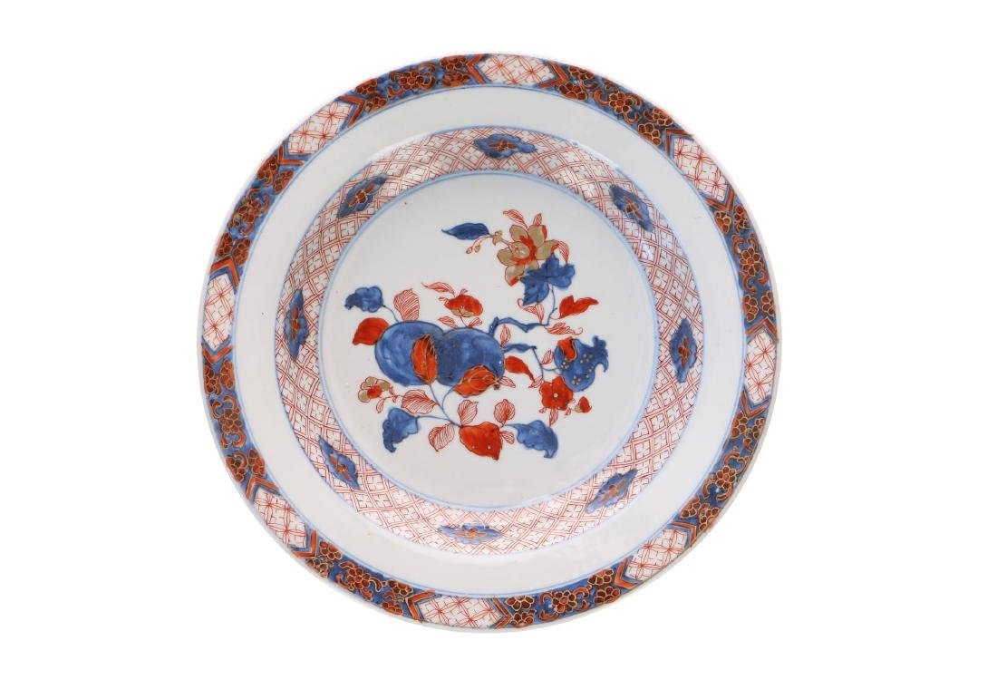 A lot of six Imari porcelain dishes, decorated with