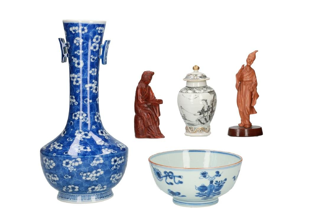 A diverse lot including; 1) a blue and white porcelain