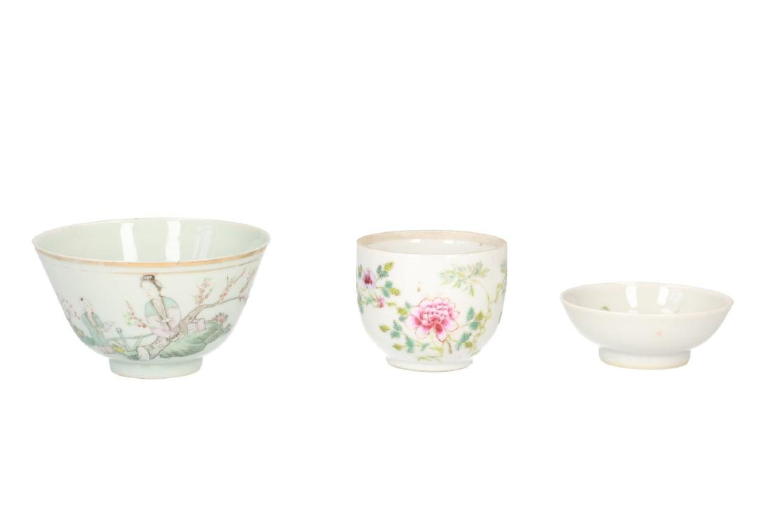 A lot of 10 diverse polychrome porcelain items, - 9