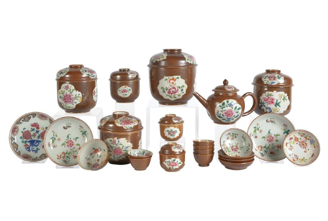 A lot of ca. 23 Famille Rose capucine porcelain items,