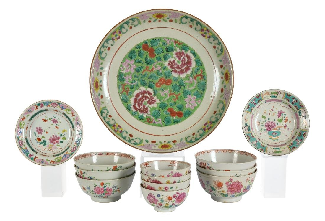 A lot of ca. 13 Famille Rose porcelain items, including