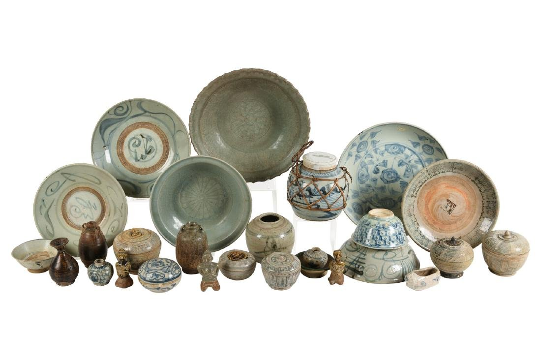 A lot of ca. 27 ceramic celadon and Sawang Golok items