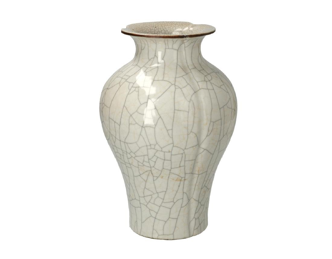 An ash-gray glazed Ge-type four lobbed baluster vase.