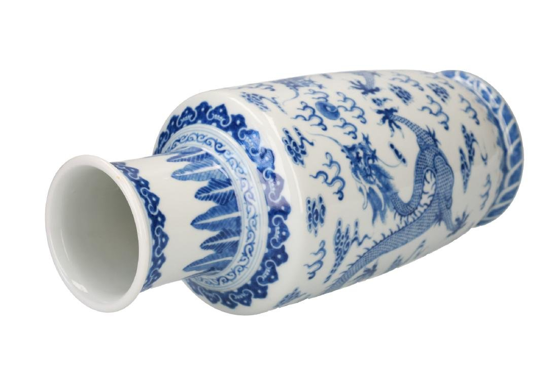 A blue and white porcelain vase, decorated with dragons - 4