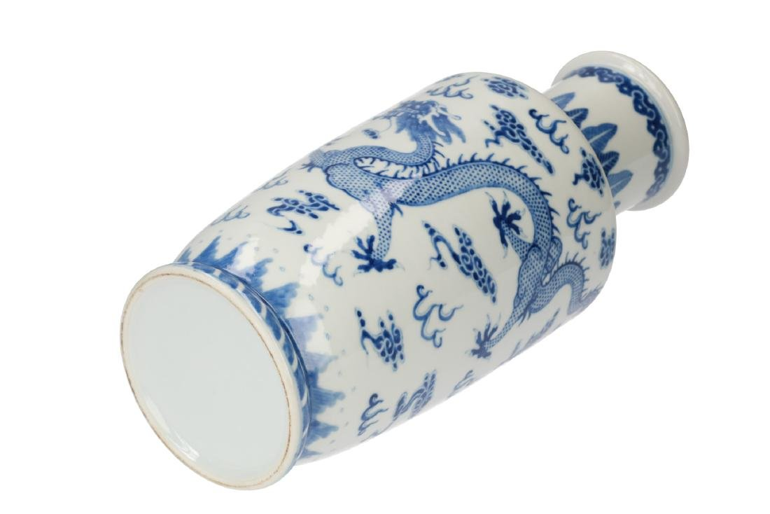 A blue and white porcelain vase, decorated with dragons - 5