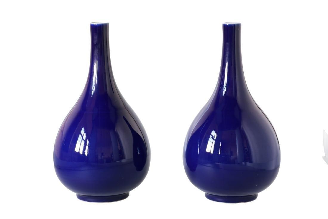 A lot of two blue glazed porcelain vases. Unmarked. - 2