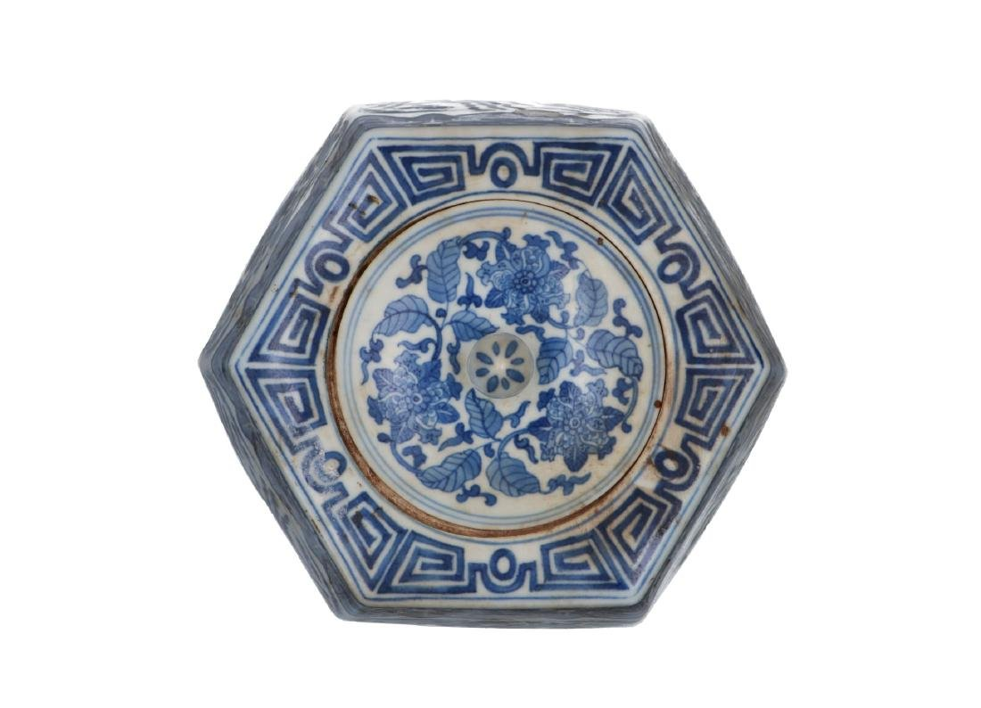A blue and white porcelain lidded jar, decorated with - 4