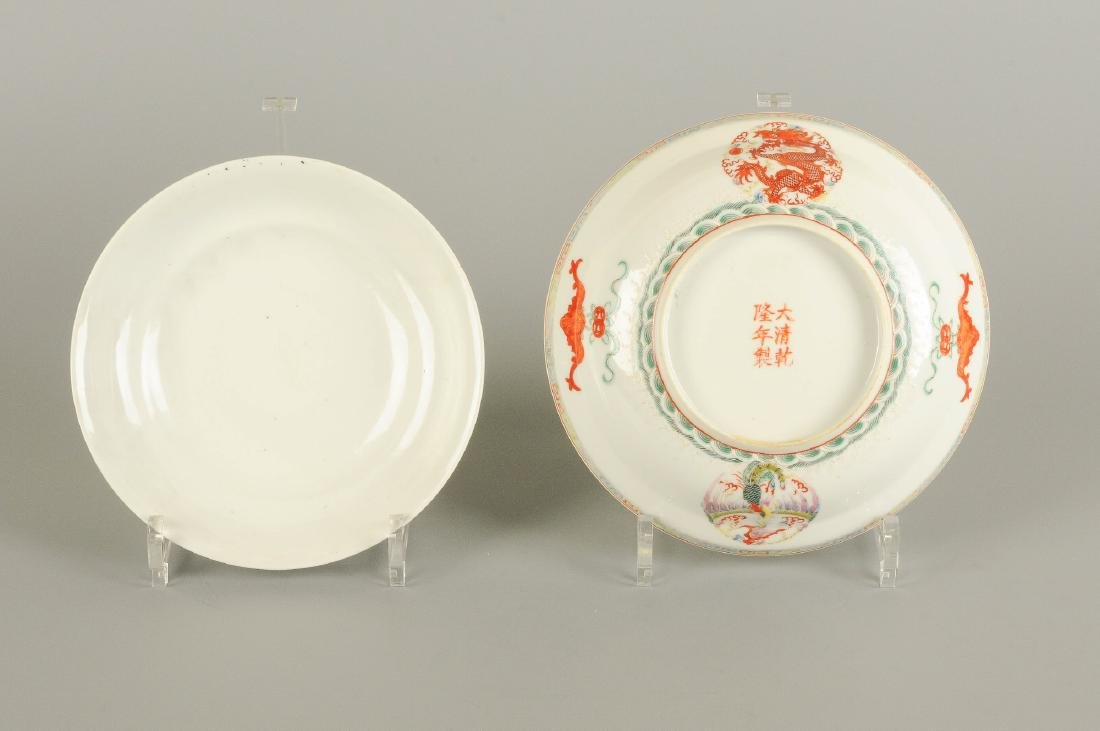 A polychrome porcelain bowl with cover, decorated with