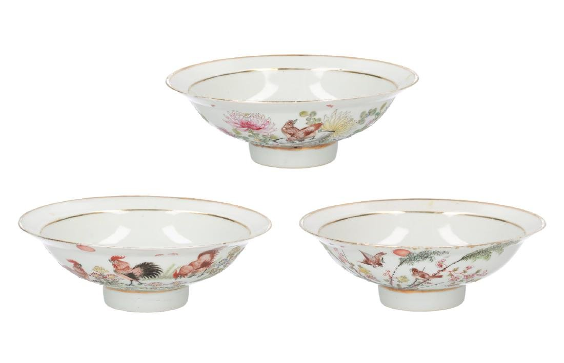 A lot of three polychrome porcelain bowls, decorated