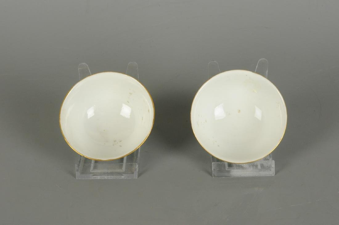 A lot of two polychrome porcelain medallion bowls with - 6