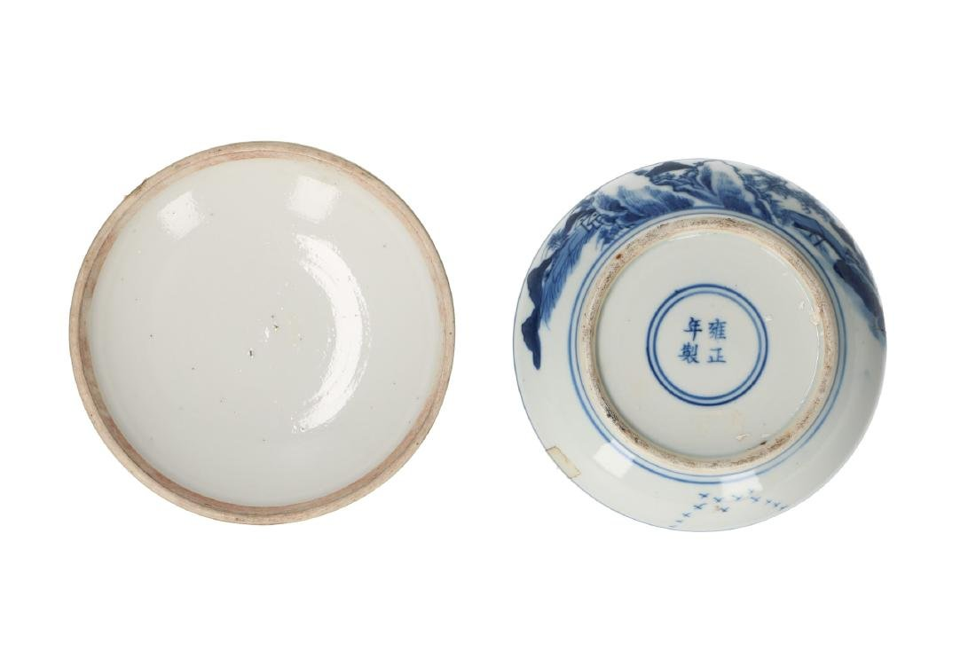 A blue and white porcelain lidded box, decorated with a - 3