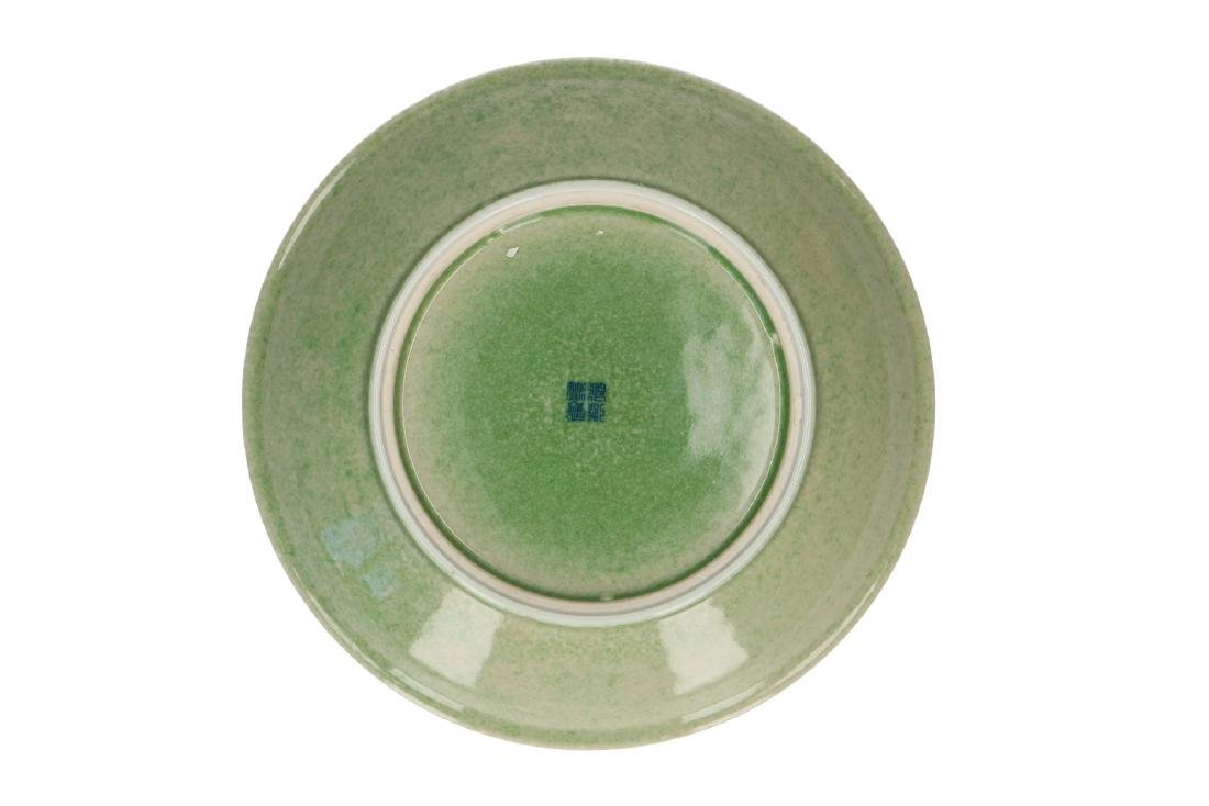 A lot of two green and white porcelain bowls, decorated - 3