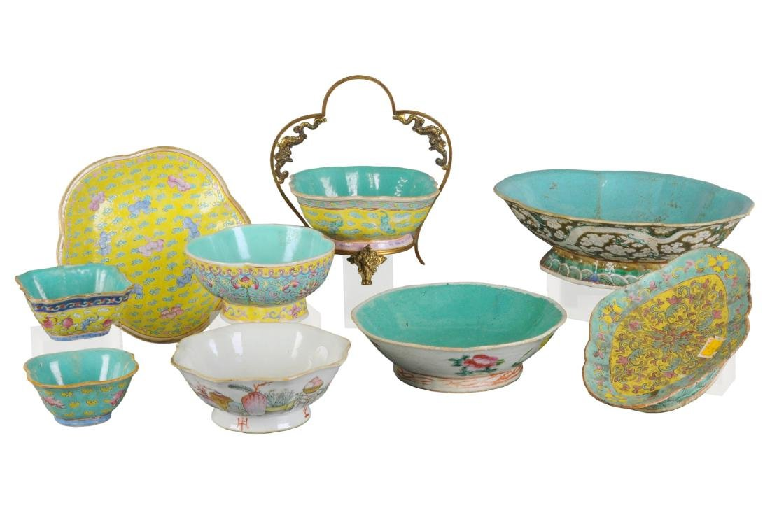 A lot of nine porcelain objects including bowls,